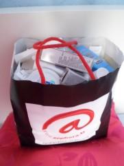 Un sachet remplit de produits qui vont à la poubelle.